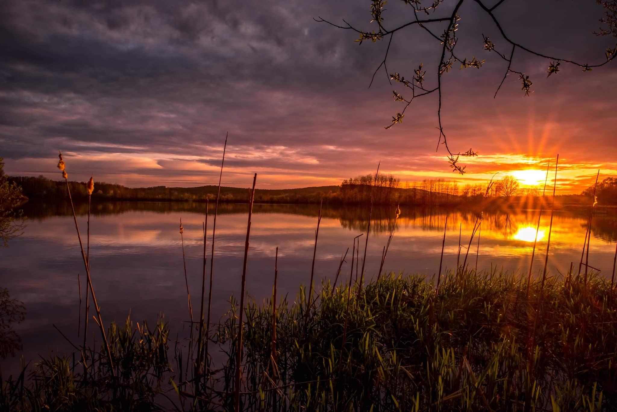 Letošní první teplý večer u rybníka..